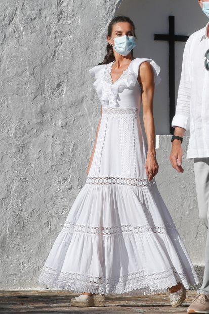 La reina Letizia en Ibiza el pasado verano luciendo un diseño de Charo Ruiz./Gtres