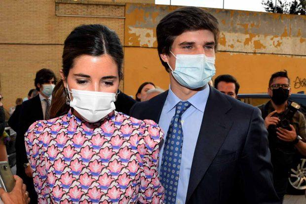 Carlos Fitz-James Stuart y Belén Corsini en el bautizo de su sobrina Rosario celebrado en Sevilla./Gtres