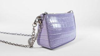 Bershka versiona el bolso de efecto cocodrilo de Chanel a todo color en estos modelos