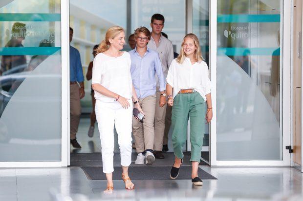 Irene Urdangarin lució el verano del 2019 un look formado por una blusa blanca de lino con unos pantalones holgados verde menta y unas alpargatas negras de rafia./Gtres