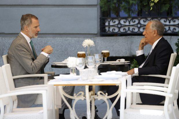 El rey Felipe VI y Marcelo Rebelo almorzando juntos en un restaurante del centro de Madrid./Gtres