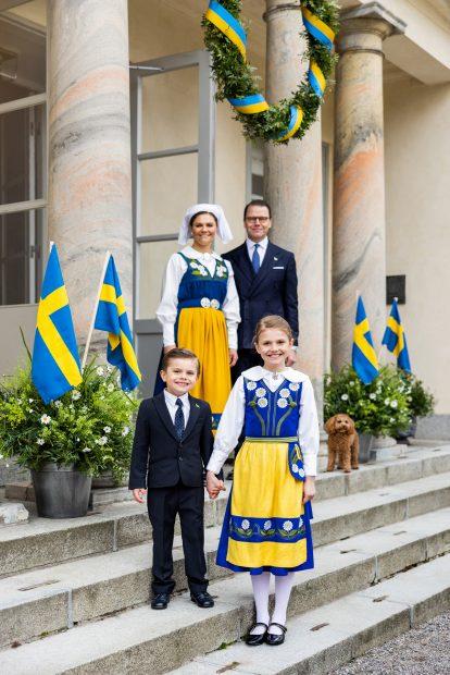 Victoria y Daniel de Suecia junto a sus hijos, el príncipe Oscar y la princesa Estelle han posado junto a su mascota en el Día Nacional de Suecia./Gtres