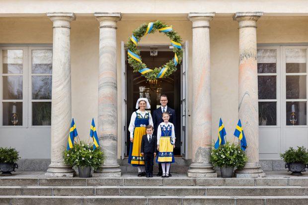 Victoria y Daniel de Suecia junto a sus hijos, el príncipe Oscar y la princesa Estelle en el Día Nacional de Suecia./Gtres