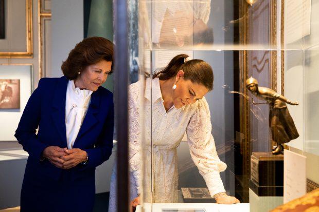La reine Silvia junto a la princesa Victoria de Suecia visitando la exhibición de la princesa Margarita./Gtres