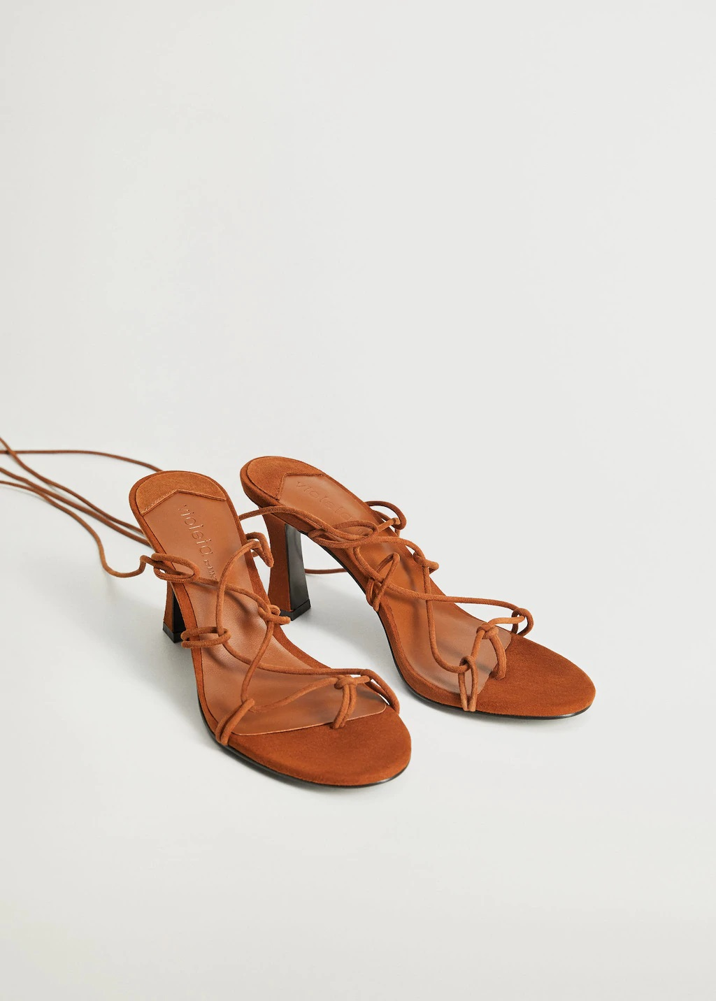 Las increíbles sandalias de piel de Mango de Paula Echevarría se convierten en virales