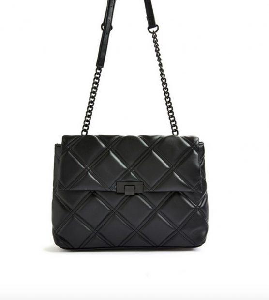 Bolso acolchado en color negro con broche frontal y cadena mixta de Primark que se puede adquirir por 14 euros./Primark