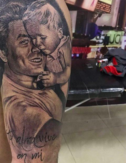 Kiko Rivera se ha realizado un tatuaje en el brazo en el que aparece él de bebé junto a su padre./Instagram @riverakiko