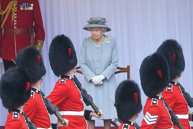 La reina Isabel II ha presidido por primera vez el desfile 'Trooping the colour' sin el duque de Edimburgo./Gtres