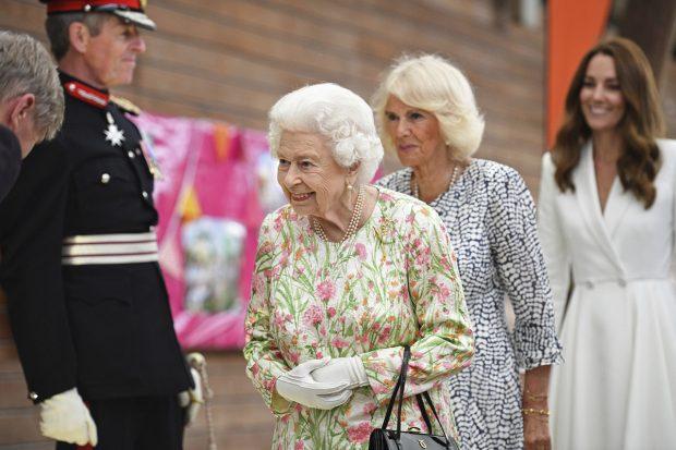 La reina Isabel II se ha mostrado muy risuña durante el evento./Gtres
