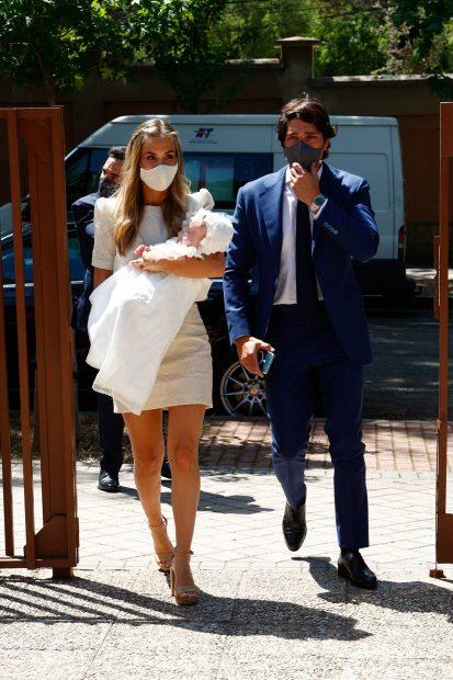 María Pombo y Pablo Castellano en su llegada a la iglesia para bautizar a su hijo./Gtres