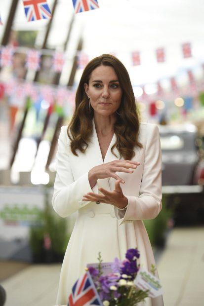 Kate Middleton se ha decantado por un vestido camisero en color blanco./Gtres