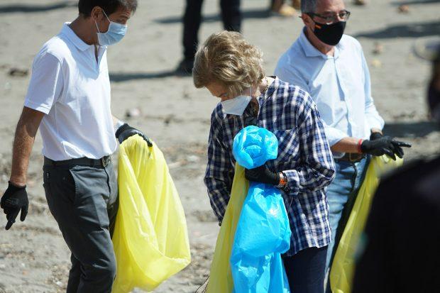 La reina Isabel participando en 2020 en una campaña para favorecer el medioambiente mediante la recogida de basuras./Gtres