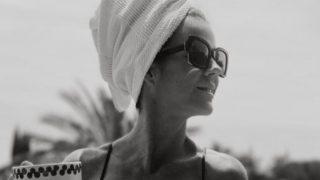 El bañador de Amelia Bono de Uterqüe estilo Dolce Vita vale menos de lo que parece