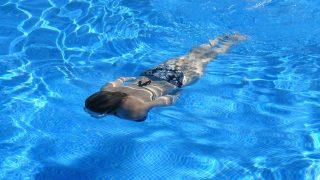 Adelgaza mientras nadas este verano