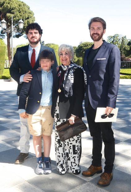 Concha Velasco, sus hijos Manuel y Paco y su nieto