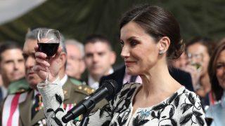 La reina Letizia en un brindis / Gtres
