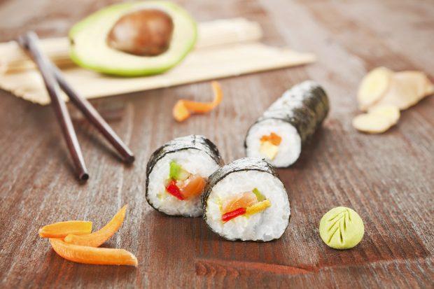 Con el aguacate se puden cocinar ricas piezas de sushi./Gtres