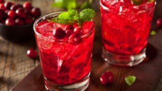 Potencia tu belleza y refréscate con este cóctel de vodka con frutos rojos