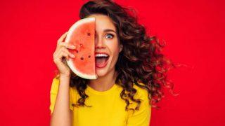 Descubre qué comer para tratar la piel grasa desde la nutrición