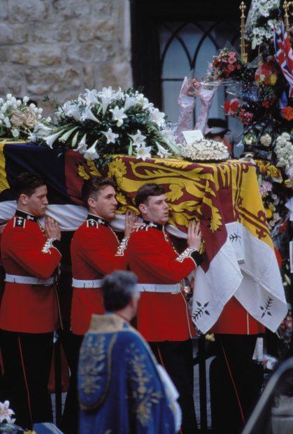 El féretro de la princesa Diana llevafo por Guardias Reales./Gtres