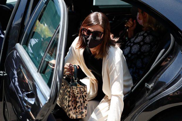 Alba Santana en su llegada al cementerio de la Almudena, Madrid./Gtres