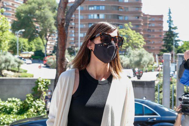 Alba Santana llegando al cementerio de la Almudena en Madrid./Gtres