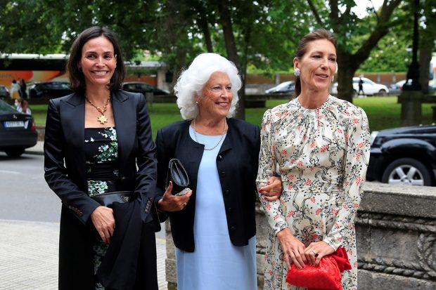 Inés Sastre junto a dos invitadas en la boda de Carlota Pérez-Pla y Pedro Bravo./Gtres