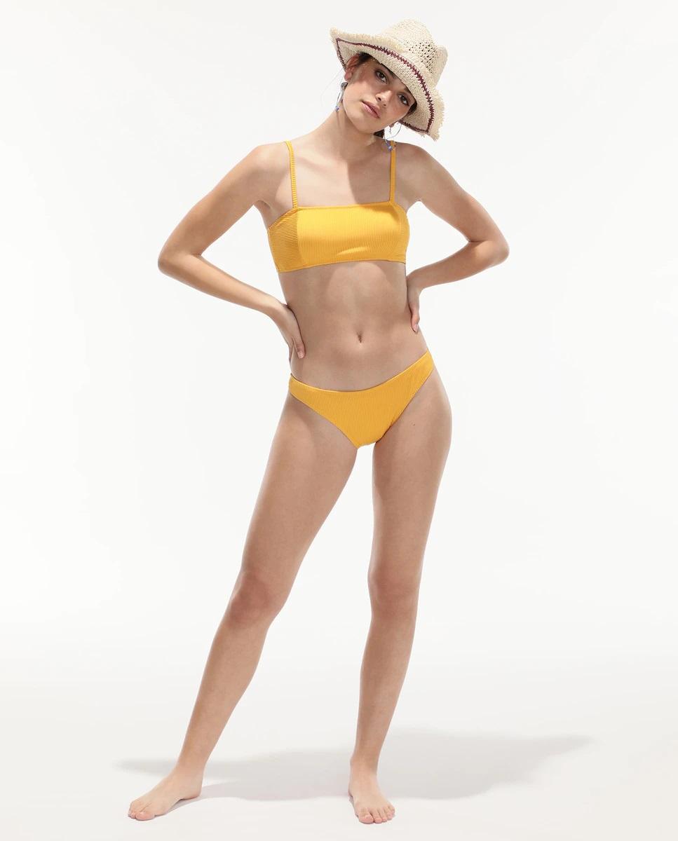Sharon Stone luce a sus 63 años el bikini amarillo tendencia en El Corte Inglés