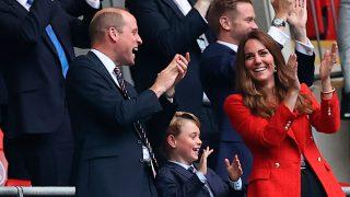 Los duques de Cambridge han disfrutado del fútbol junto a su hijo George / Gtres