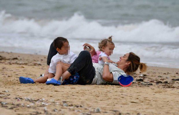 Toñi Moreno, jugando con su hija y sobrino en la playa / Gtres