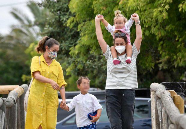 Toñi Moreno, con su hija, hermana y sobrino, en Cádiz / Gtres
