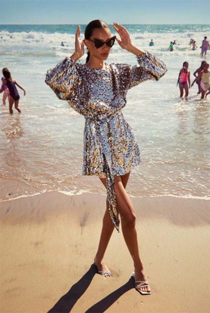 Mini vestido de lentejuelas plateadas de Zara./Zara