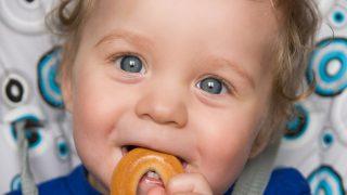Un bebé comiendo una rosquilla / Gtres