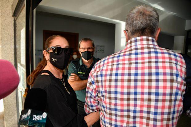 La cantante Isabel Pantoja junto a su hermano Agustín en su llegada a los juzgados de Chiclana en Cádiz./Gtres