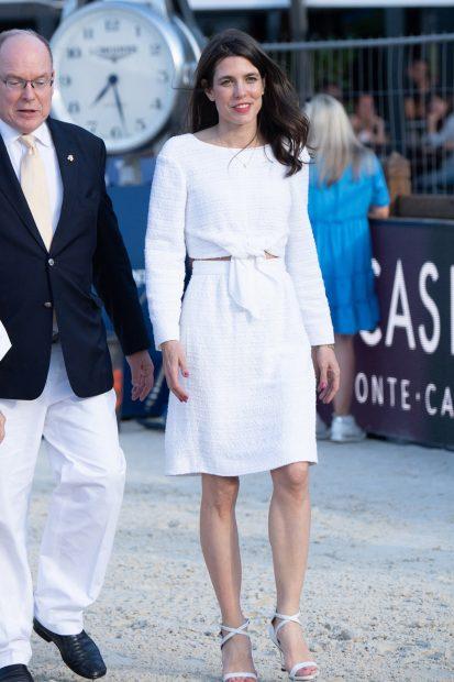 Para la ocasión, Carlota Casiraghi se ha decantado por un conjunto dos piezas en color blanco./Gtres