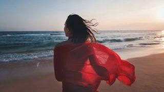 Este es el vestido camisero de Zara Home que llevan las famosas a la playa en Ibiza