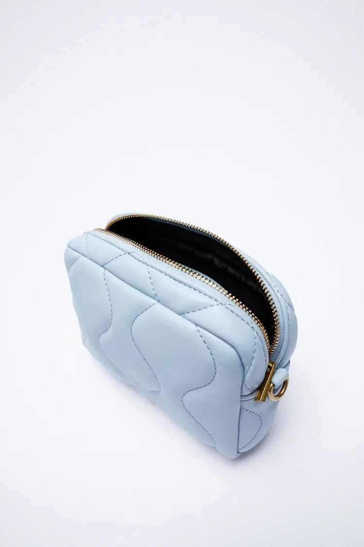 El Chanel Coco Splash de 3.000 euros es uno de los bolsos que más se vende en verano, una pieza de PVC de firma que Zara ha copiado a la perfección.