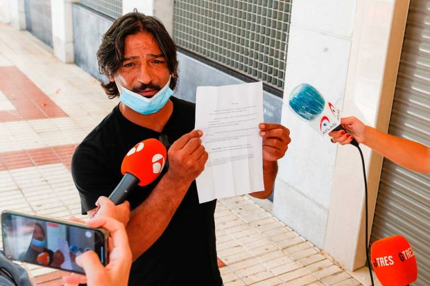José El Francés enseña a la prensa un documento / Gtres