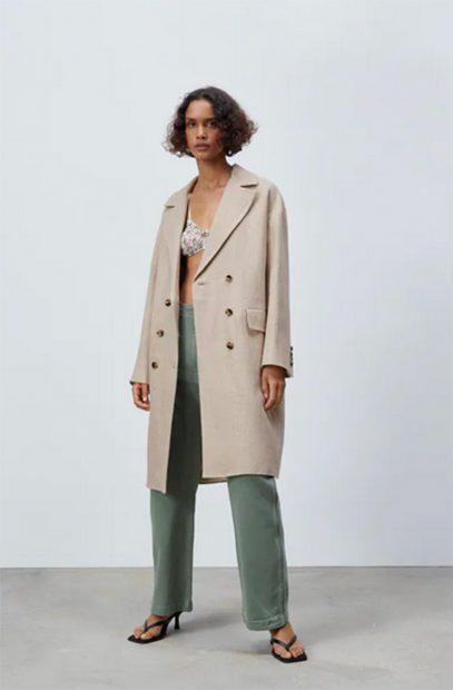Abrigo de paño de Zara en color nude abotonado por la parte central con solapas en la parte superior./Zara