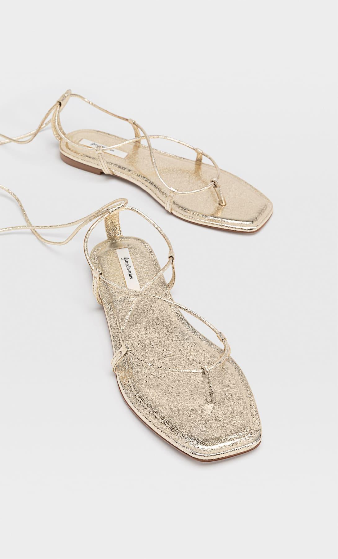 Las sandalias planas doradas de Paula Echevarría son las más baratas y bonitas de Stradivarius