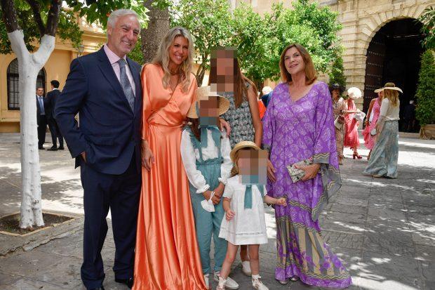 Los duques de Terranova, tío de la novia han sido de los primeros invitados en llegar./Gtres