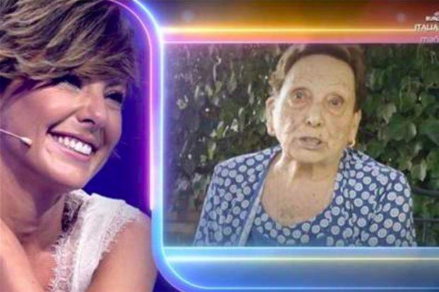 Sonsoles Ónega, muy emocionada en 'Volverte a ver' al recibir un tierno mensaje de su abuela materna, Soledad./Telecinco