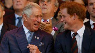 El príncipe Carlos y el príncipe Harry en una imagen de archivo / Gtres