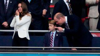 El príncipe George, junto a sus padres, Kate Middleton y Guillermo de Inglaterra, durante la final de la Eurocopa 2020