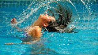 Tips para cuidar el cabello antes y después de ir a la piscina