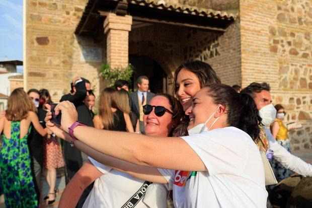 Tamara Falcó haciéndose una foto con unas fans./Gtres