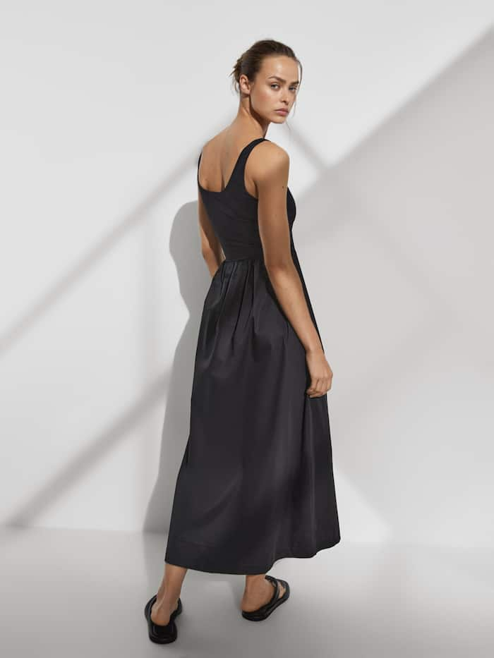 Este vestido negro es la elegancia de Dior a precio 'low cost' de Massimo Dutti