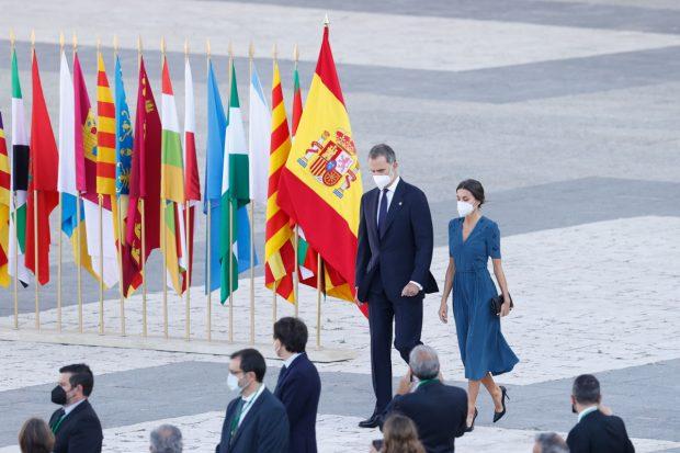 Don Felipe y doña Letizia, llegando al Patio de Armas del Palacio Real para el acto homenaje a las víctimas de la pandemia / Gtres