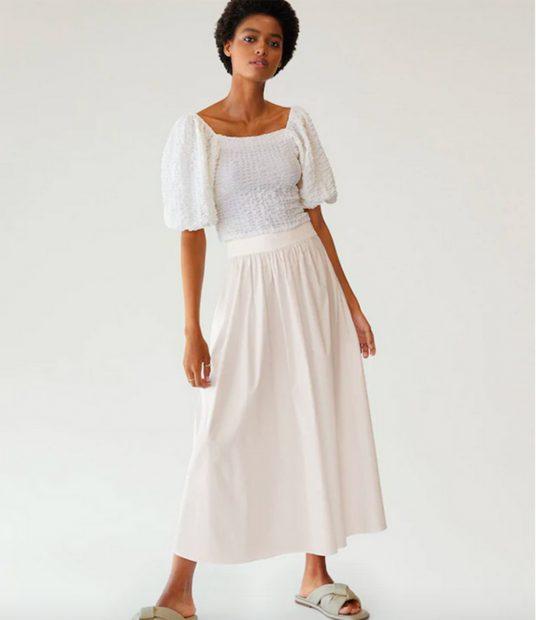 Falda blanca de Mango outlet por 22.99 euros./Mango Outlet