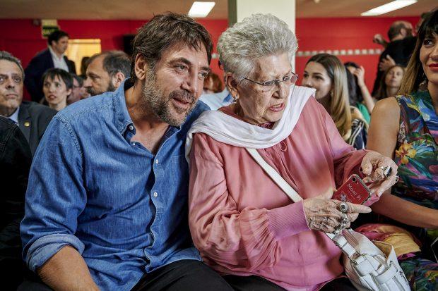 Pilar Bardem junto a su hijo./Gtres